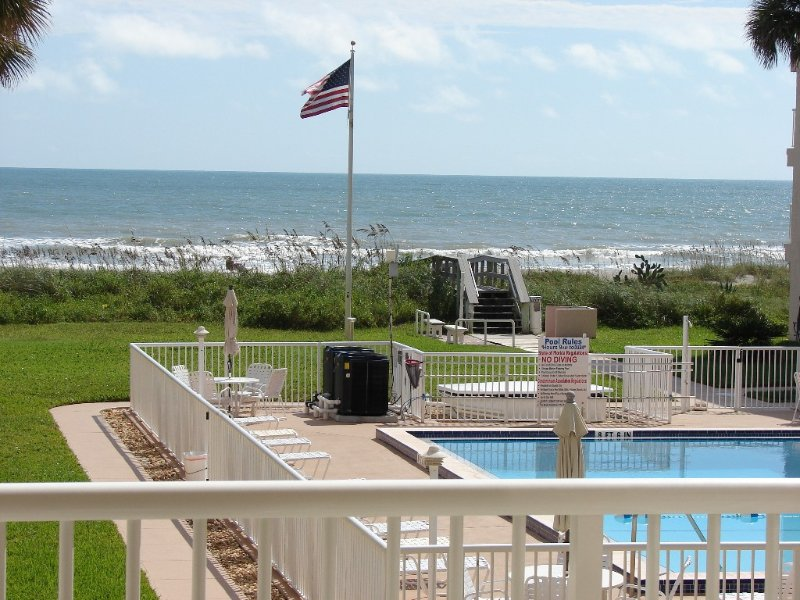 Ocean View Condo with beach side pool., alquiler vacacional en Cocoa Beach