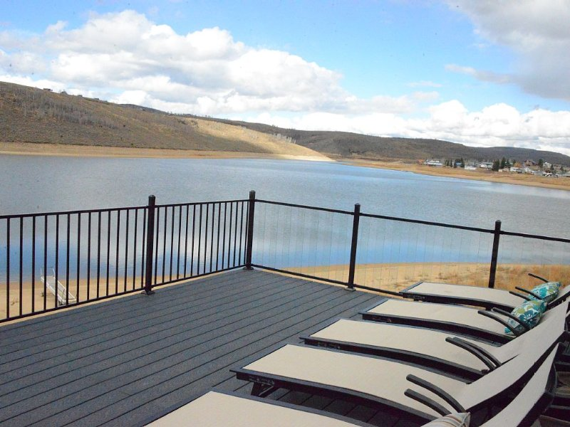 Lake House! Lake Front! Nothing Like This Available In The State!, casa vacanza a Fairview