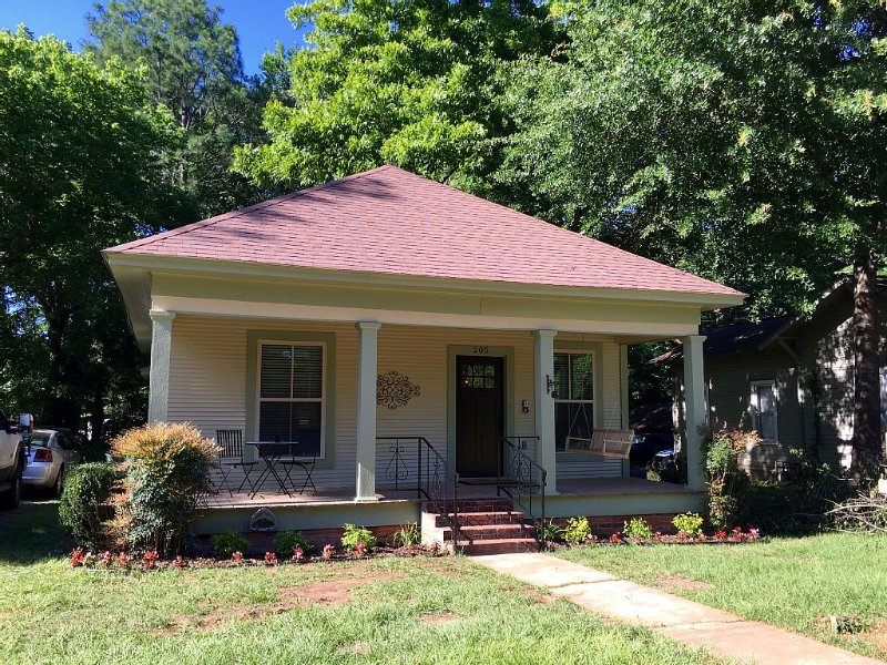 Charming house centrally located minutes from SFA campus and historic downtown., holiday rental in Nacogdoches