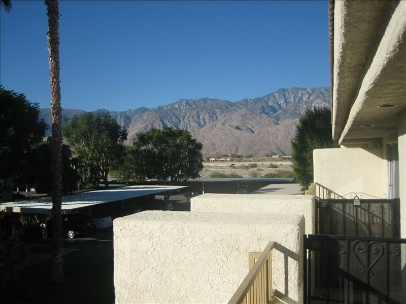 Relaxing Quiet Condo community, great views, quick access to all the highlights., holiday rental in Cathedral City