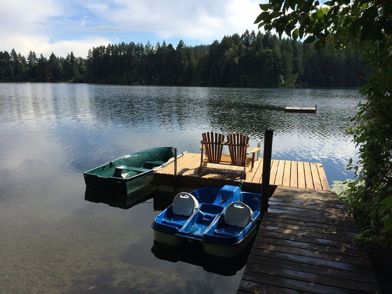 3BR+VICTORIA CLASSIC LAKEFRONT HOUSE Very isolated Lake Front private yard., aluguéis de temporada em Metchosin