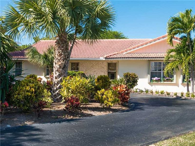 Quiet and Peaceful Beachside Pool Home, vacation rental in Vero Beach