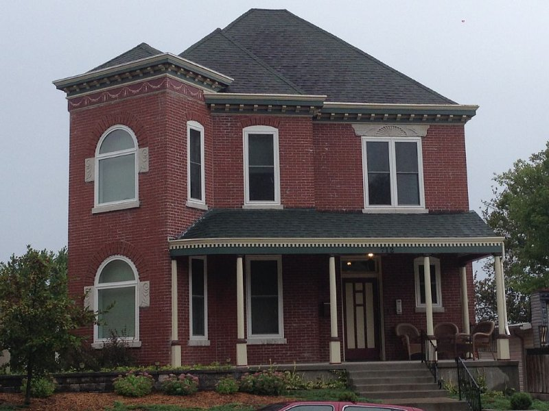 Victorian Home--Middle of Everything!!  Sleeps at least 12, 4 baths, location de vacances à Jefferson City