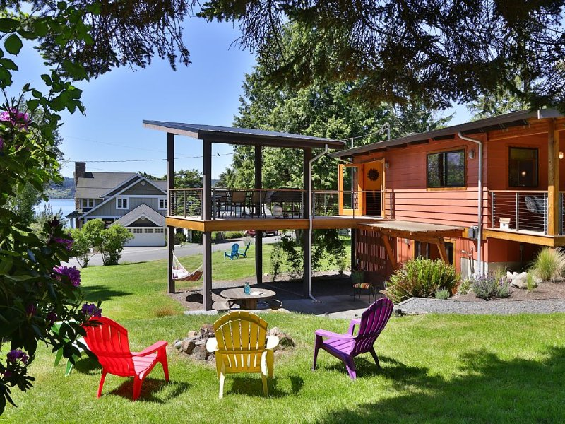 Sun-filled, Architect-designed Home with Stunning Deck and Cozy Fireplace, holiday rental in Freeland