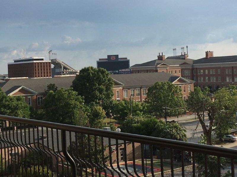Enjoy Auburn in Style in this Luxury Penthouse Overlooking Jordan Hare Stadium, aluguéis de temporada em Tuskegee