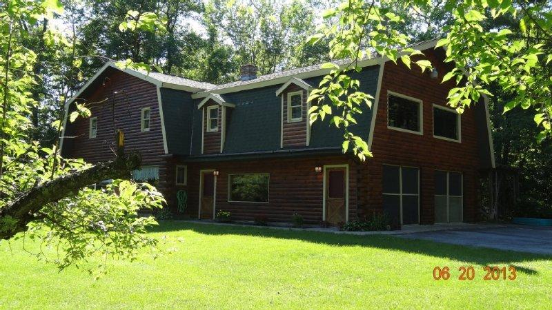 Adirondack Waterfront Log Cabin-with WIFI, location de vacances à Warrensburg