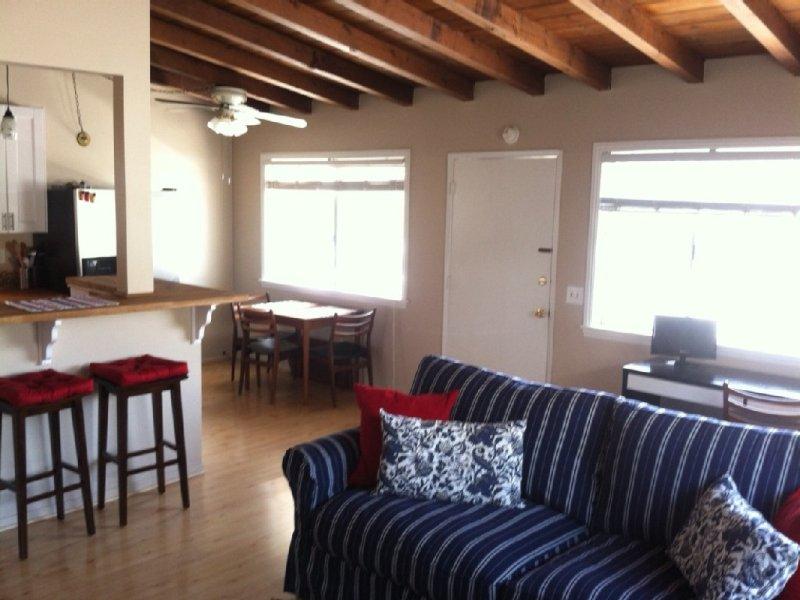 2 Bd Cottage- Steps to Beach+ 2 Free Disneyland Tickets W/1wk Rental, casa vacanza a Corona del Mar