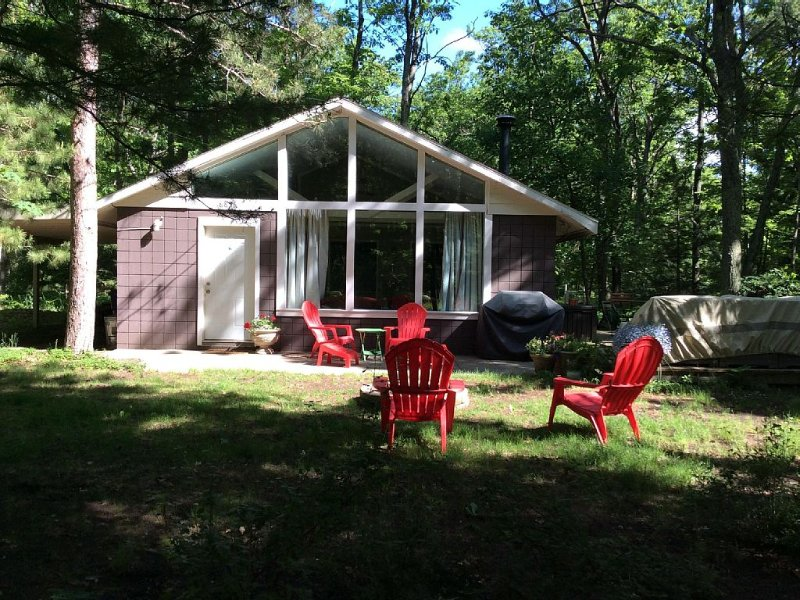 Cottage, Private, Woods, Trails, 2000 Acre Duck Lake, Kayak, Concerts, holiday rental in Grawn