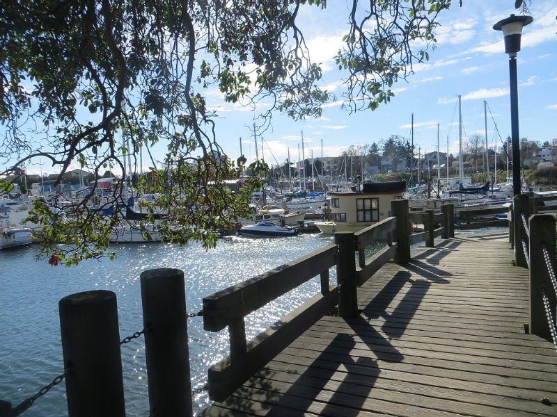 Beautiful 1 or 2 Bedroom Suite in Victorian Home - close to the water, holiday rental in Saanich