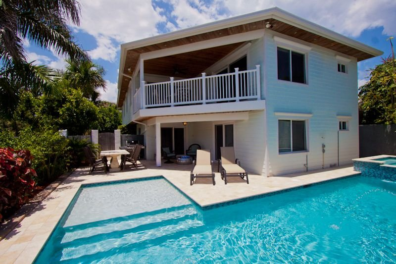 Ocean View House with Tropical Pool & Hot Tub just steps from the Beach!, alquiler de vacaciones en Fort Lauderdale