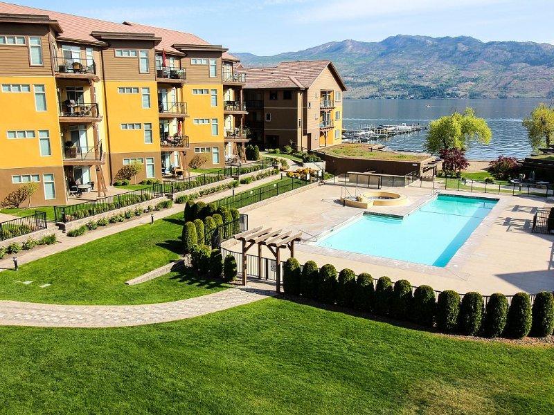 Okanagan Lake BEACHFRONT Penthouse, 2 bed 3 bath + loft, sleeps 7 people, location de vacances à West Kelowna