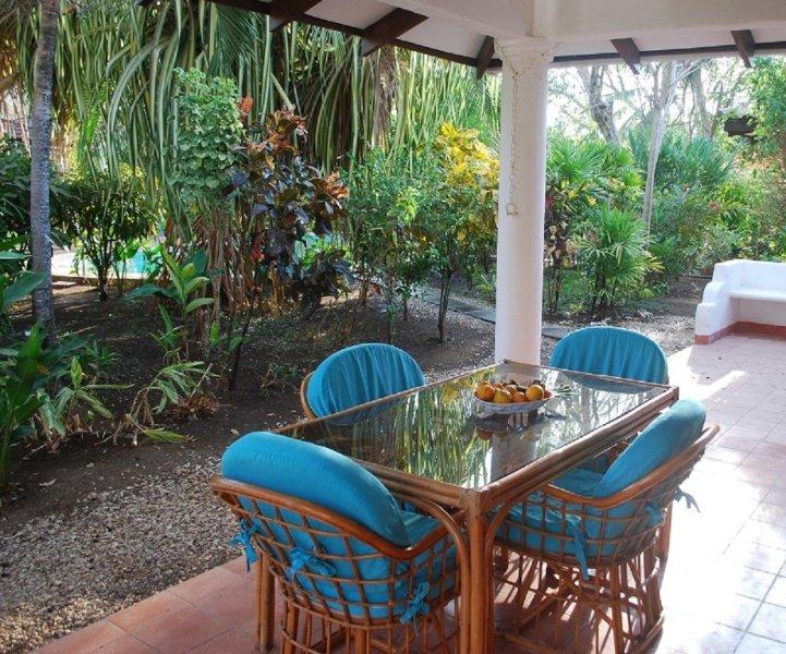 3 Minute Walk to Playa Grande W/ Pool,  Cable TV and Internet, holiday rental in Playa Grande