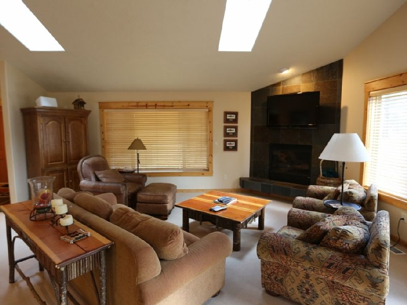 1 Awbrey Ln, Price reduced! Fast Wifi,  Bikes, Ping Pong Hot Tub! 8 Sharc Passes, holiday rental in Sunriver
