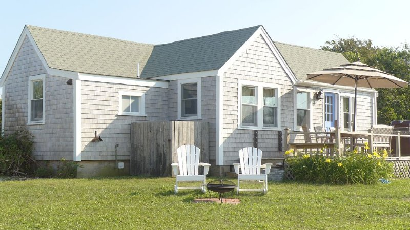 Adorable West End Cottage With Direct Water Views, Walking Distance To Beach, vacation rental in Siasconset