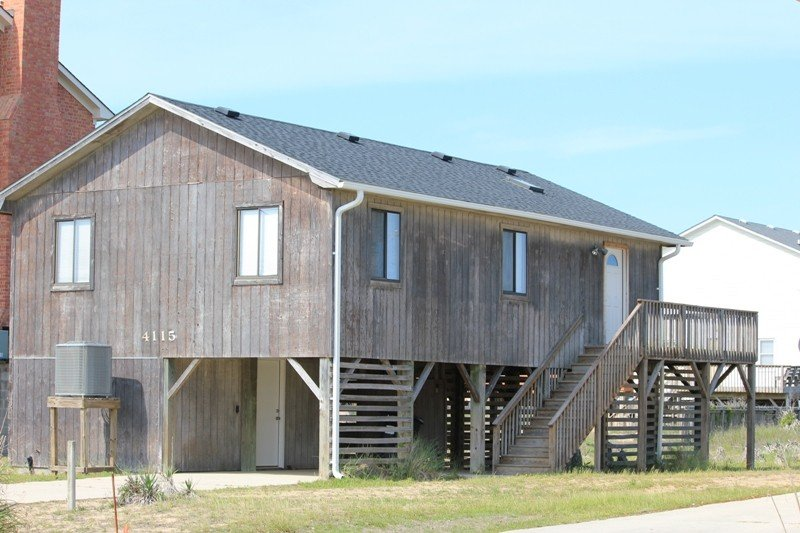 Comfortable, Recently Updated Beach Box Cottage ~ Only 100 yards to the Beach!, location de vacances à Kitty Hawk