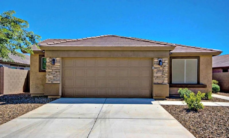 Beautiful comfy home, with views, pool, close to golf, baseball, NFL, and Nascar, holiday rental in Buckeye