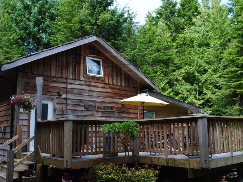 Chesterman Beach Paradise is a short walk from our sunny deck. Read our reviews!, aluguéis de temporada em Tofino