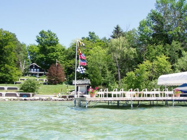 Beautiful Torch Lake Sunset Views ~ Tennis Court ~ Includes Kayaks ~ Playset!, alquiler de vacaciones en Bellaire