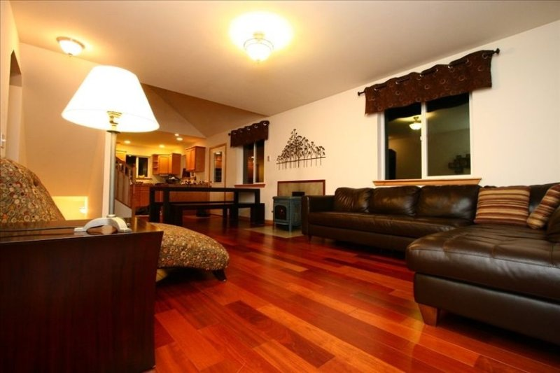Family Ski Chalet with Hot Tub, Gameroom and Wifi, Sleeps up to 10, location de vacances à Glacier