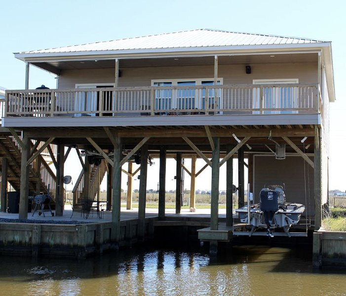 Beautiful Camp on Private Canal 409 Lake Breeze Rd, alquiler de vacaciones en Lake Charles