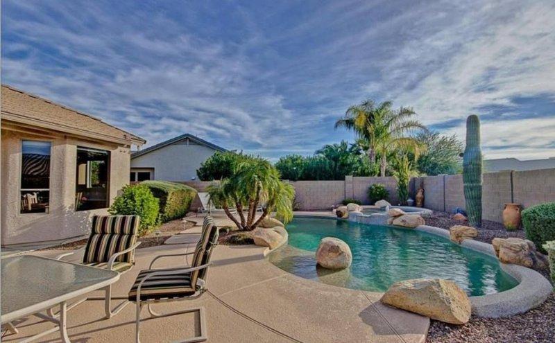 Beautiful Home Away From Home. Private Backyard, Pool And Spa, aluguéis de temporada em Surprise