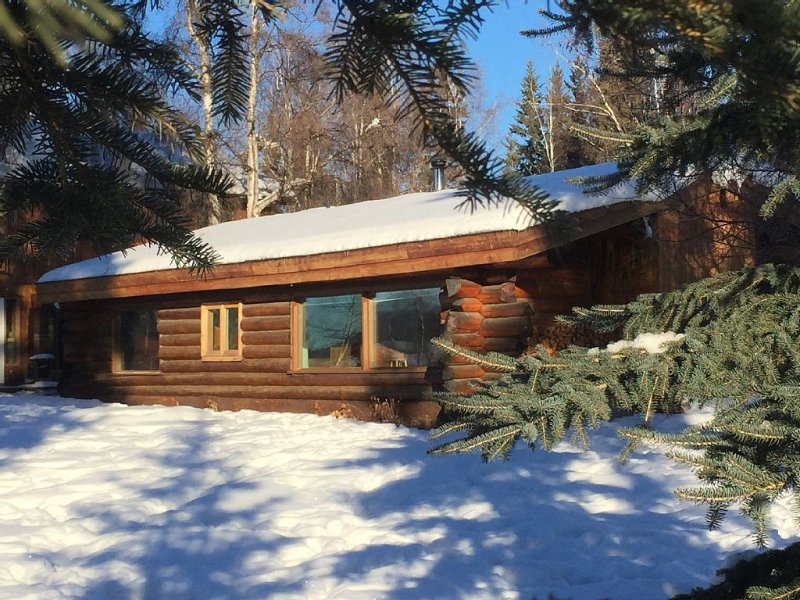 Cozy two bedroom log  cabin on the Chena River near town., vacation rental in Fairbanks