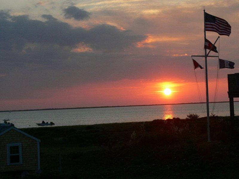 Regarder le coucher de soleil sur le port depuis le pont avant de Lockup.