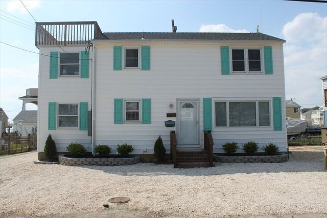 2nd floor unit with private roof deck in a great location!, holiday rental in Long Beach Township