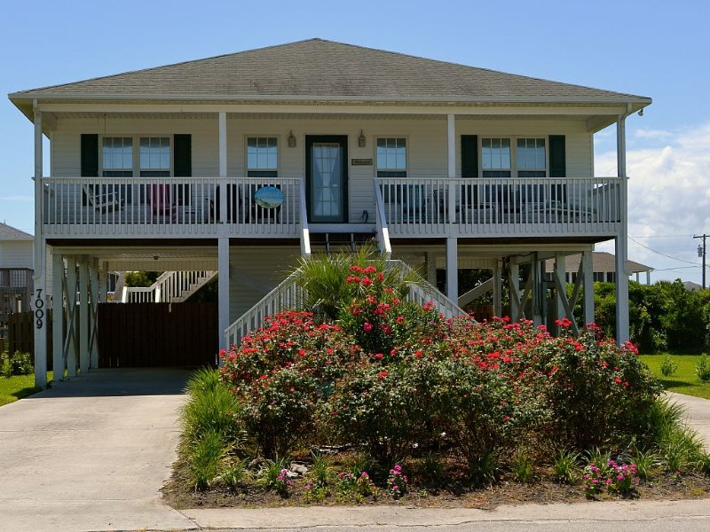 CLEAN, LOWER PRICES, FLEXIBLE RENTALS: Beautiful Author Home w/ Fenced Dog Yard, holiday rental in Surf City
