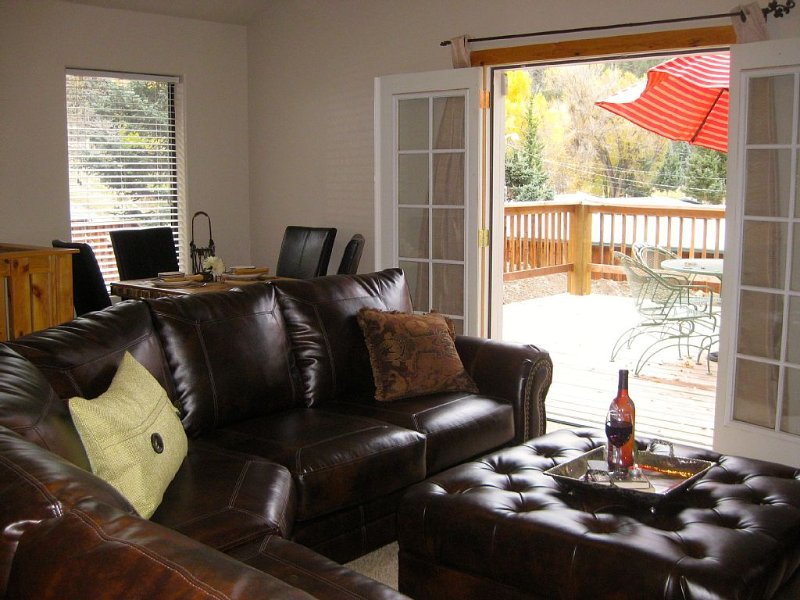 *4NT $699* In town cabin-2 living, 2 King-LARGE deck w/ great Views!, holiday rental in Red River