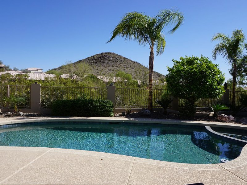 Newly Remodeled 4 Bed 3 Bath overlooking Foothills Golf Course & South Mountain!, vacation rental in Phoenix