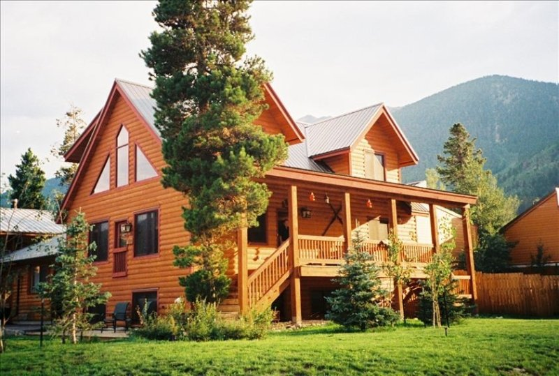 Beautiful Mountain Cabin, Walk to Town and Trails, 3BR+Loft, holiday rental in Frisco