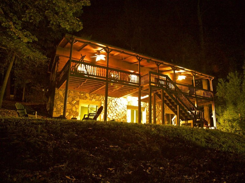 Cabin on Lake Hartwell! Enjoy a full-filled get-away in cosy cabin!, location de vacances à Franklin Springs