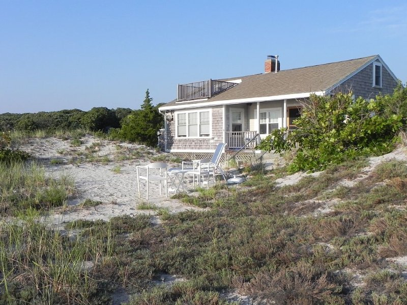 A  Family or Honeymoon Cottage In The Dunes with 200 feet of Private Beach, vacation rental in Falmouth