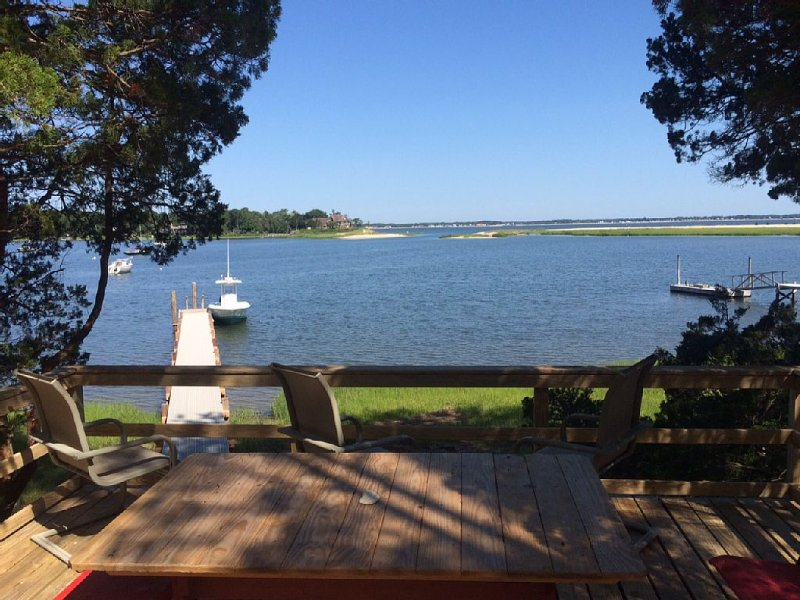 Waterfront hidden gem with dock, holiday rental in Riverhead