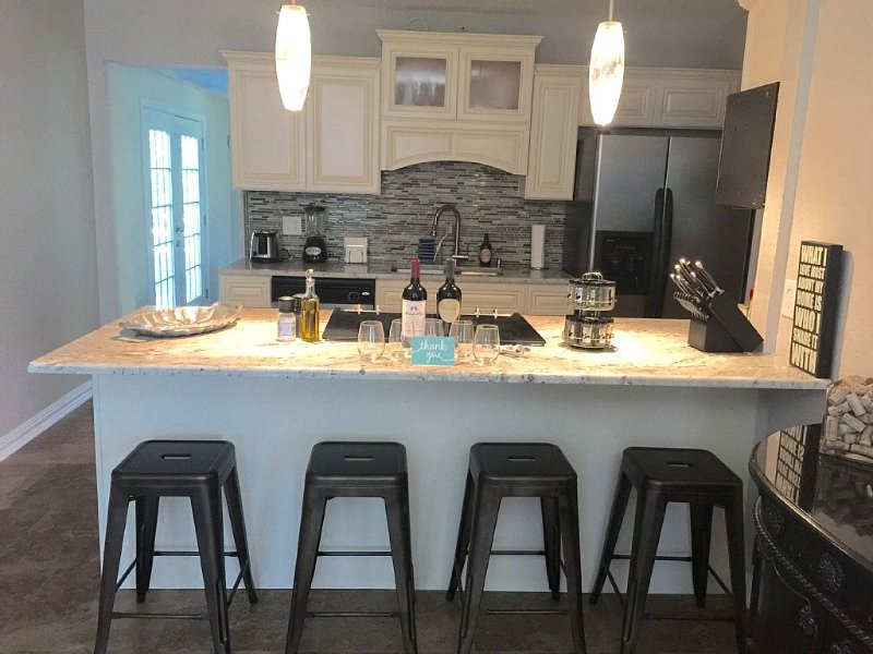 Recently Updated and Remodeled ~ 5 mins to Airport ~ 15 mins Downtown, vacation rental in San Antonio