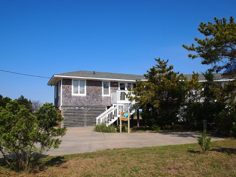 OBX Beach House + Bikes-Paddle Boards-Kayaks-Beach Chairs-AC-Cable TV-Free WiFi, casa vacanza a Rodanthe