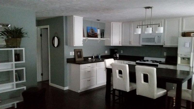 ~Bayside Retreat ~ Cozy Carriage House In The Heart Of Elk Rapids, location de vacances à Kewadin