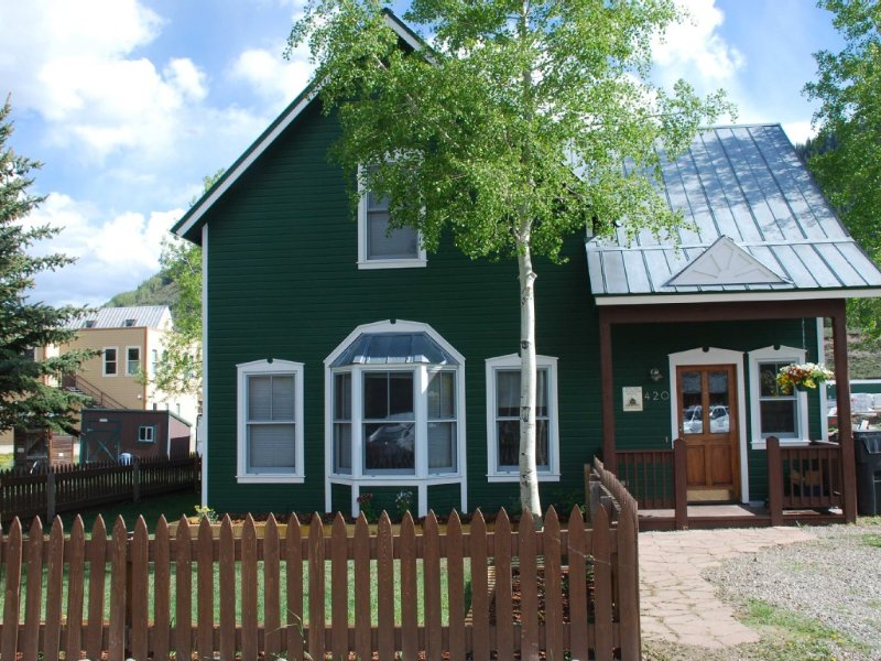 Lovely 2BR in Town. Two blocks from Elk. Steps from Free Ski Shuttle., holiday rental in Crested Butte