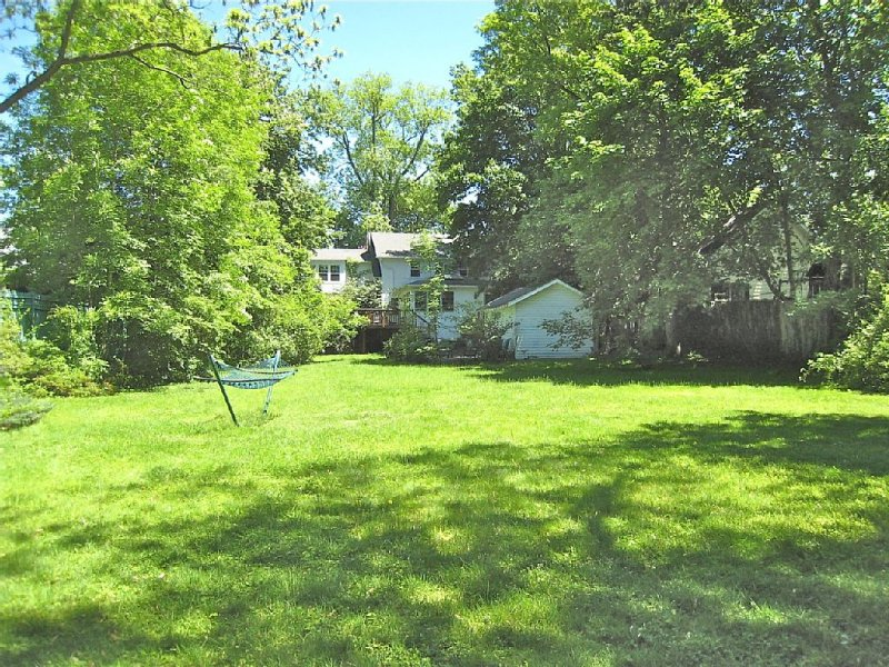 HUGE YARD FOR SOFTBALL, FRISBEE, SOCCER, BADMINTON, CROQUET & SUMMER PARTIES!