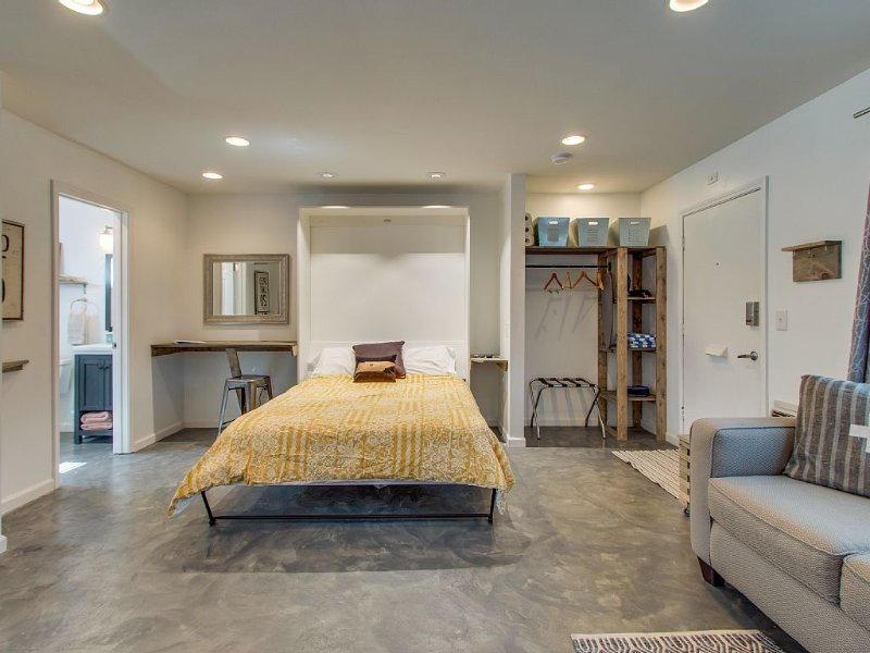 The Speakeasy: Central, Upscale Location with Pool; Trendy, Neighborhood, location de vacances à Berry Hill