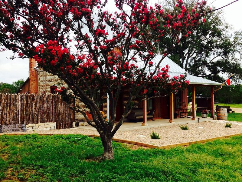 Romantic Luxury Log Cabin- Guest House *Wine and Hot Tub for 2, alquiler de vacaciones en Luckenbach