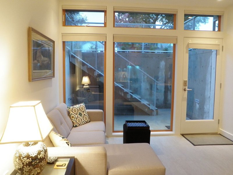 Deluxe Contemporary Garden Suite with 9-foot Ceilings - Licence # 20-159495, vakantiewoning in Vancouver