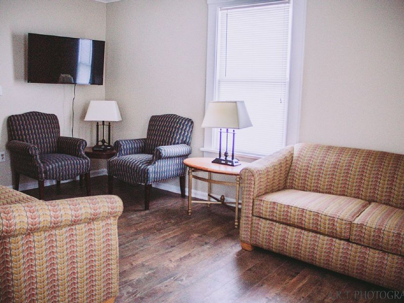 Center Strip Pet friendly Fire pit AC,Wifi,Cable, Steps from Winery, holiday rental in Geneva