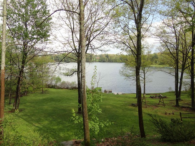 Lago House | Lakefront Home w/ WFH High-Speed WiFi, Hot Tub & Boats, holiday rental in Stamford