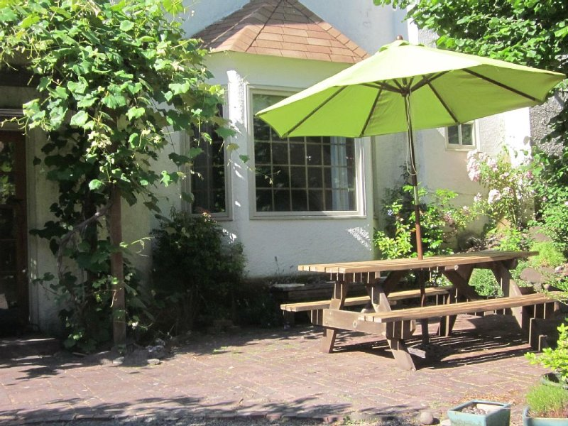 Spacious Garden Suite With Private Entrance Near U Of O And Hendricks Park, holiday rental in Eugene