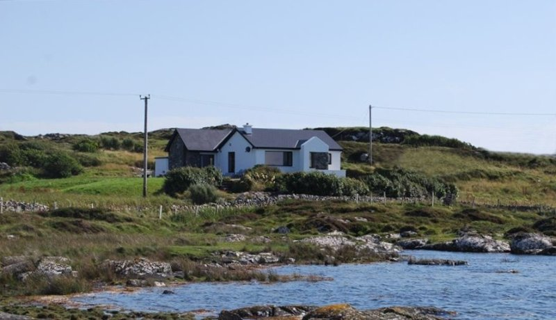Ocean Front Home with Spectacular Views Overlooking Mannin Bay, vacation rental in Clifden