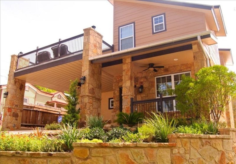 3 Big Houses Downtown -We sleep up to 10, 20, or 30 -Walk Everywhere, alquiler de vacaciones en Austin