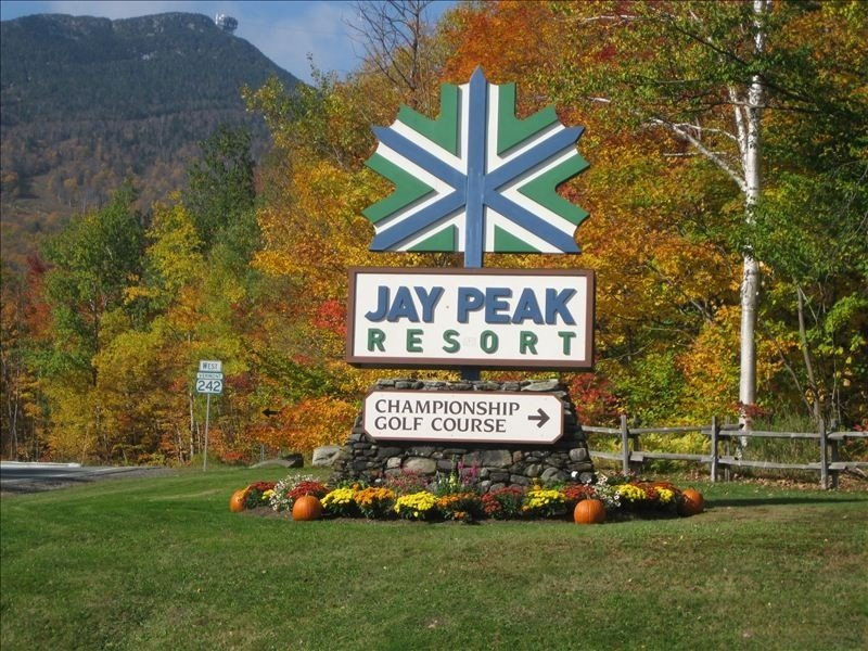 Jay Peak, Luxury 5 BR Ski-in Ski-Out with Hot tub, Ferienwohnung in Mansonville