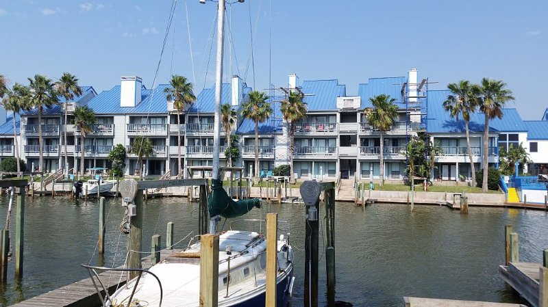 Waterfront spacious 1/1 right down the street from Schlitterbahn!, alquiler de vacaciones en Chapman Ranch